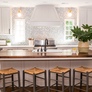 Einzeilige, Mittelgroße Country Wohnküche mit Schrankfronten im Shaker-Stil, grauen Schränken, Quarzwerkstein-Arbeitsplatte, Küchenrückwand in Blau, Rückwand aus Terrakottafliesen, Küchengeräten aus Edelstahl, braunem Holzboden, Kücheninsel, braunem Boden und Einbauwaschbecken in Atlanta