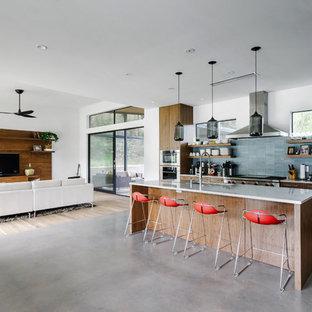 Ispirazione per una cucina minimalista di medie dimensioni con lavello sottopiano, ante lisce, ante in legno bruno, top in marmo, paraspruzzi blu, paraspruzzi con piastrelle in pietra, elettrodomestici in acciaio inossidabile, pavimento in cemento, isola e pavimento grigio