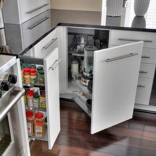 Exempel på ett stort modernt kök, med en undermonterad diskho, skåp i shakerstil, vita skåp, marmorbänkskiva, vitt stänkskydd, rostfria vitvaror, mörkt trägolv, en köksö och stänkskydd i marmor