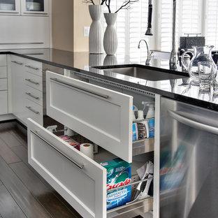 Foto di una grande cucina contemporanea con lavello sottopiano, ante in stile shaker, ante bianche, top in marmo, paraspruzzi bianco, elettrodomestici in acciaio inossidabile, parquet scuro, isola e paraspruzzi in marmo
