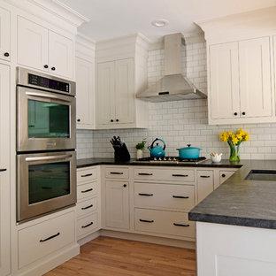 Idee per una piccola cucina tradizionale con lavello sottopiano, ante in stile shaker, ante beige, top in granito, paraspruzzi bianco, elettrodomestici in acciaio inossidabile, penisola e paraspruzzi con piastrelle diamantate