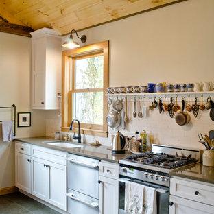 ミネアポリスの中サイズのカントリー風おしゃれなキッチン (アンダーカウンターシンク、シェーカースタイル扉のキャビネット、白いキャビネット、クオーツストーンカウンター、白いキッチンパネル、サブウェイタイルのキッチンパネル、シルバーの調理設備の、磁器タイルの床、アイランドなし) の写真