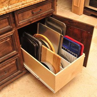 オースティンのトラディショナルスタイルのおしゃれなキッチン (レイズドパネル扉のキャビネット、濃色木目調キャビネット、御影石カウンター、トラバーチンの床、茶色い床) の写真
