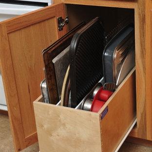 Foto de cocina lineal, tradicional, de tamaño medio, abierta, con armarios con paneles lisos, puertas de armario de madera clara, encimera de granito, salpicadero beige y suelo de travertino