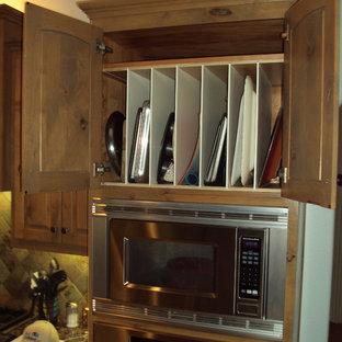 Offene, Mittelgroße Klassische Küche mit profilierten Schrankfronten, Schränken im Used-Look, Granit-Arbeitsplatte, bunter Rückwand, Rückwand aus Stein, Küchengeräten aus Edelstahl und Travertin in Austin