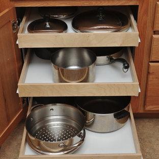 オースティンの中サイズのトラディショナルスタイルのおしゃれなキッチン (フラットパネル扉のキャビネット、淡色木目調キャビネット、御影石カウンター、ベージュキッチンパネル、トラバーチンの床) の写真