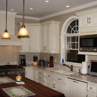 Klassische Küche in L-Form mit Kassettenfronten, weißen Schränken, Marmor-Arbeitsplatte, Kücheninsel und beiger Arbeitsplatte in Baltimore