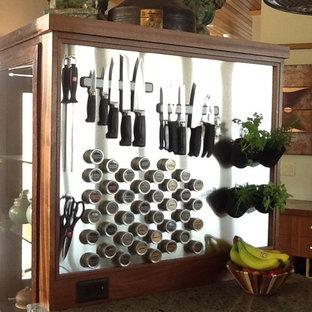 Ejemplo de cocina de estilo zen, abierta, con encimera de vidrio reciclado y una isla