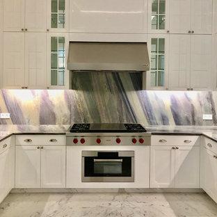 Пример оригинального дизайна: большая п-образная кухня в классическом стиле с обеденным столом, врезной раковиной, фасадами с утопленной филенкой, белыми фасадами, мраморной столешницей, разноцветным фартуком, фартуком из мрамора, техникой из нержавеющей стали, мраморным полом, двумя и более островами, белым полом и фиолетовой столешницей