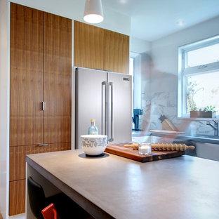 トロントの中サイズのモダンスタイルのおしゃれなキッチン (コンクリートカウンター、フラットパネル扉のキャビネット、マルチカラーのキッチンパネル、大理石のキッチンパネル、シルバーの調理設備、無垢フローリング、茶色い床、グレーのキッチンカウンター) の写真