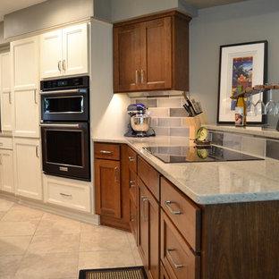 他の地域の中サイズのトランジショナルスタイルのおしゃれなアイランドキッチン (アンダーカウンターシンク、落し込みパネル扉のキャビネット、白いキャビネット、テラゾカウンター、マルチカラーのキッチンパネル、磁器タイルのキッチンパネル、シルバーの調理設備の、セラミックタイルの床、ベージュの床) の写真