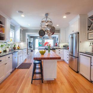 Exempel på ett amerikanskt kök, med rostfria vitvaror och träbänkskiva