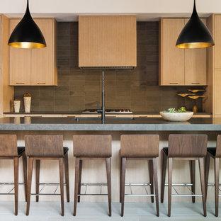 Idéer för ett modernt grå parallellkök, med släta luckor, skåp i ljust trä, brunt stänkskydd, rostfria vitvaror, en köksö och grått golv