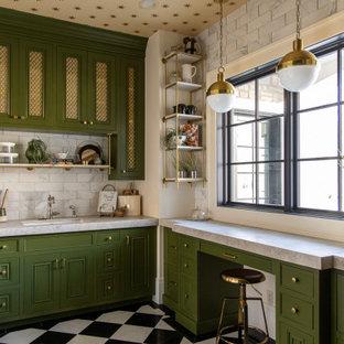 Aménagement d'une cuisine classique en L avec un évier encastré, un placard avec porte à panneau encastré, des portes de placards vertess, une crédence grise, aucun îlot, un sol multicolore, un plan de travail gris et un plafond en papier peint.