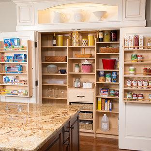 Exempel på ett stort klassiskt skafferi, med granitbänkskiva, mellanmörkt trägolv, en köksö, en dubbel diskho, brunt stänkskydd, glaspanel som stänkskydd, rostfria vitvaror, skåp i mörkt trä och öppna hyllor