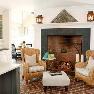 Diseño de cocina tradicional con armarios con paneles empotrados, puertas de armario blancas y suelo de ladrillo