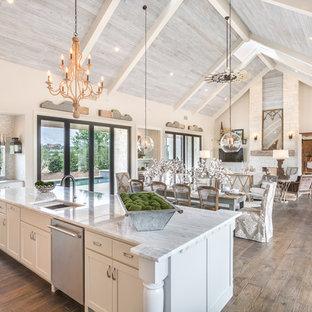 オースティンのカントリー風おしゃれなキッチン (アンダーカウンターシンク、シェーカースタイル扉のキャビネット、白いキャビネット、シルバーの調理設備の、濃色無垢フローリング、茶色い床) の写真
