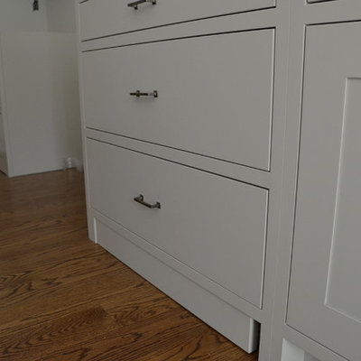 Transitional l-shaped eat-in kitchen photo in New York with a farmhouse sink, shaker cabinets and gray cabinets