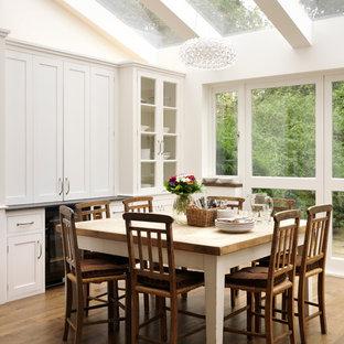 Cette photo montre une grande cuisine tendance avec un placard à porte shaker, des portes de placard blanches et un évier encastré.