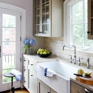 Diseño de cocina de galera, clásica, con fregadero sobremueble, armarios tipo vitrina y salpicadero de piedra caliza