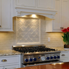 Traditional Kitchen by Nukitchens