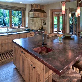 Offene, Große Klassische Küche mit Kupfer-Arbeitsplatte, integriertem Waschbecken, Schrankfronten im Shaker-Stil, hellen Holzschränken, Küchenrückwand in Beige, Rückwand aus Keramikfliesen, Küchengeräten aus Edelstahl, braunem Holzboden, Kücheninsel und braunem Boden in Denver