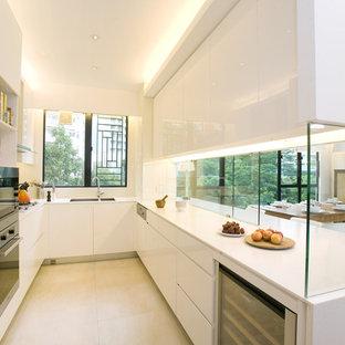 Ispirazione per una cucina contemporanea chiusa con elettrodomestici in acciaio inossidabile