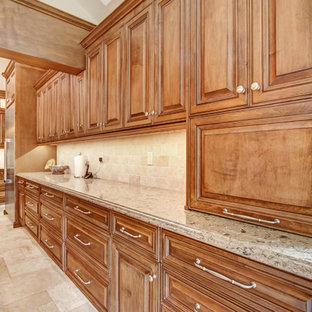 ロサンゼルスの広いトラディショナルスタイルのおしゃれなキッチン (アンダーカウンターシンク、レイズドパネル扉のキャビネット、中間色木目調キャビネット、クオーツストーンカウンター、ベージュキッチンパネル、トラバーチンのキッチンパネル、シルバーの調理設備、磁器タイルの床、白い床、ベージュのキッチンカウンター) の写真