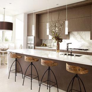 サンフランシスコのコンテンポラリースタイルのおしゃれなII型キッチン (アンダーカウンターシンク、フラットパネル扉のキャビネット、濃色木目調キャビネット、大理石カウンター、白いキッチンパネル、石スラブのキッチンパネル、シルバーの調理設備の、白いキッチンカウンター) の写真