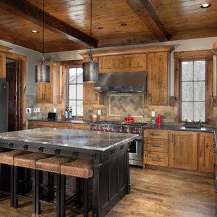 他の地域のラスティックスタイルのおしゃれなキッチン (ダブルシンク、シェーカースタイル扉のキャビネット、中間色木目調キャビネット、マルチカラーのキッチンパネル、シルバーの調理設備の、無垢フローリング、グレーのキッチンカウンター) の写真