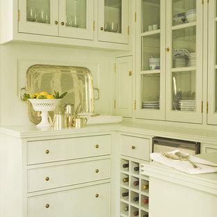 Diseño de cocina tradicional renovada con armarios tipo vitrina y puertas de armario blancas