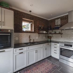 Idéer för avskilda, små rustika svart l-kök, med en dubbel diskho, skåp i shakerstil, grå skåp, bänkskiva i täljsten, vitt stänkskydd, stänkskydd i terrakottakakel, rostfria vitvaror, skiffergolv och lila golv