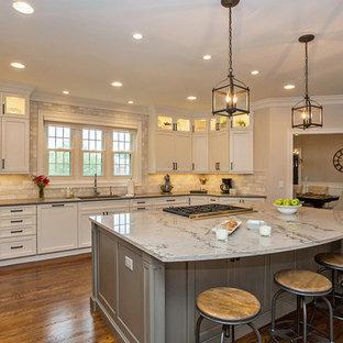 シンシナティの中サイズのシャビーシック調のおしゃれなキッチン (アンダーカウンターシンク、シェーカースタイル扉のキャビネット、白いキャビネット、大理石カウンター、ベージュキッチンパネル、石タイルのキッチンパネル、シルバーの調理設備の、無垢フローリング、茶色い床) の写真
