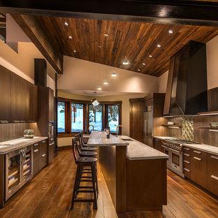 Zweizeilige, Geschlossene, Große Rustikale Küche mit Unterbauwaschbecken, flächenbündigen Schrankfronten, dunklen Holzschränken, Küchengeräten aus Edelstahl, dunklem Holzboden, Kücheninsel, Quarzwerkstein-Arbeitsplatte und Küchenrückwand in Braun in Sonstige