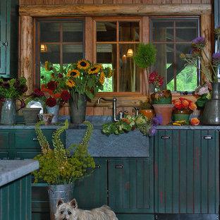 シャーロットの巨大なラスティックスタイルのおしゃれなキッチン (エプロンフロントシンク、レイズドパネル扉のキャビネット、青いキャビネット、大理石カウンター、無垢フローリング) の写真