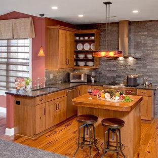 フィラデルフィアのコンテンポラリースタイルのおしゃれなキッチン (シルバーの調理設備の、御影石カウンター、シングルシンク、オープンシェルフ、中間色木目調キャビネット、グレーのキッチンパネル、スレートの床) の写真