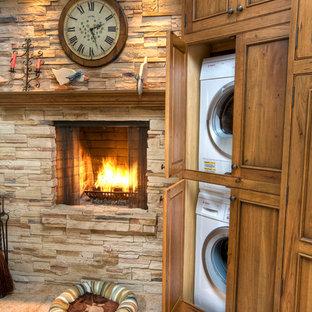 Inspiration för mellanstora lantliga kök, med en rustik diskho, luckor med profilerade fronter, skåp i mellenmörkt trä, granitbänkskiva, beige stänkskydd, stänkskydd i stenkakel, vita vitvaror, klinkergolv i porslin och en köksö