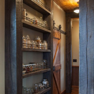 Exempel på ett litet rustikt linjärt skafferi, med en rustik diskho, skåp i shakerstil, skåp i mellenmörkt trä, granitbänkskiva, beige stänkskydd, stänkskydd i metallkakel, rostfria vitvaror och mörkt trägolv