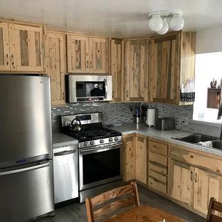 デンバーの小さいラスティックスタイルのおしゃれなキッチン (ダブルシンク、シェーカースタイル扉のキャビネット、中間色木目調キャビネット、グレーのキッチンパネル、ガラスタイルのキッチンパネル、シルバーの調理設備の、アイランドなし、グレーの床、緑のキッチンカウンター) の写真