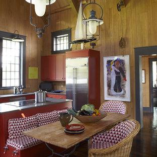 Imagen de cocina rústica con electrodomésticos de acero inoxidable y puertas de armario rojas