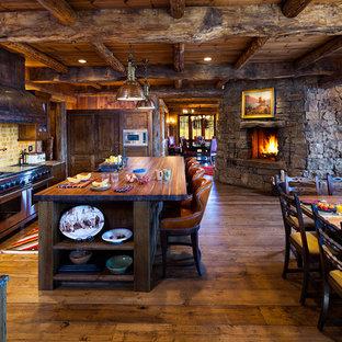 Foto på ett rustikt kök, med skåp i slitet trä, träbänkskiva och beige stänkskydd