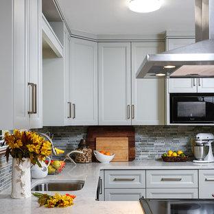 Idéer för små rustika kök, med en undermonterad diskho, luckor med upphöjd panel, gröna skåp, bänkskiva i kvarts, grönt stänkskydd, stänkskydd i stenkakel, svarta vitvaror, klinkergolv i keramik och en halv köksö