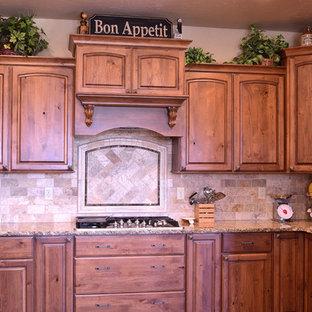 Große Rustikale Wohnküche mit Unterbauwaschbecken, hellbraunen Holzschränken, Granit-Arbeitsplatte, Küchenrückwand in Beige, Rückwand aus Steinfliesen, Küchengeräten aus Edelstahl, braunem Holzboden und Kücheninsel in Denver