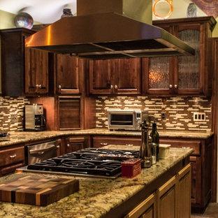 他の地域の中くらいのトランジショナルスタイルのおしゃれなキッチン (レイズドパネル扉のキャビネット、濃色木目調キャビネット、御影石カウンター、マルチカラーのキッチンパネル、ボーダータイルのキッチンパネル、アンダーカウンターシンク、シルバーの調理設備、テラコッタタイルの床、赤い床、ベージュのキッチンカウンター) の写真