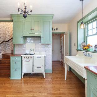 Inspiration för ett vintage brun brunt kök och matrum, med gröna skåp, skåp i shakerstil, träbänkskiva, vitt stänkskydd, stänkskydd i tunnelbanekakel, färgglada vitvaror, mellanmörkt trägolv och brunt golv
