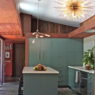 他の地域の広いミッドセンチュリースタイルのおしゃれなキッチン (クオーツストーンカウンター、フラットパネル扉のキャビネット、ターコイズのキャビネット、ベージュキッチンパネル、緑の床) の写真