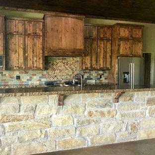 Mittelgroße Urige Küche mit Schrankfronten im Shaker-Stil, dunklen Holzschränken, Kupfer-Arbeitsplatte, bunter Rückwand, Kücheninsel und brauner Arbeitsplatte in Austin