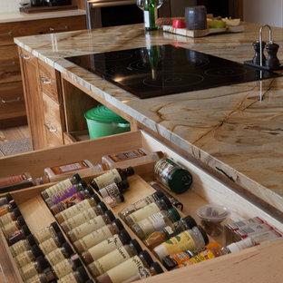 インディアナポリスの中くらいのラスティックスタイルのおしゃれなキッチン (シングルシンク、フラットパネル扉のキャビネット、中間色木目調キャビネット、クオーツストーンカウンター、白いキッチンパネル、サブウェイタイルのキッチンパネル、パネルと同色の調理設備、淡色無垢フローリング、マルチカラーのキッチンカウンター) の写真