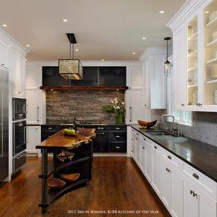 ワシントンD.C.のラスティックスタイルのおしゃれなキッチン (アンダーカウンターシンク、シェーカースタイル扉のキャビネット、白いキャビネット、クオーツストーンカウンター、マルチカラーのキッチンパネル、石タイルのキッチンパネル、シルバーの調理設備の、無垢フローリング) の写真