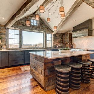 ボストンのラスティックスタイルのおしゃれなキッチン (アンダーカウンターシンク、シェーカースタイル扉のキャビネット、青いキャビネット、石タイルのキッチンパネル、シルバーの調理設備の、無垢フローリング、ベージュのキッチンカウンター) の写真